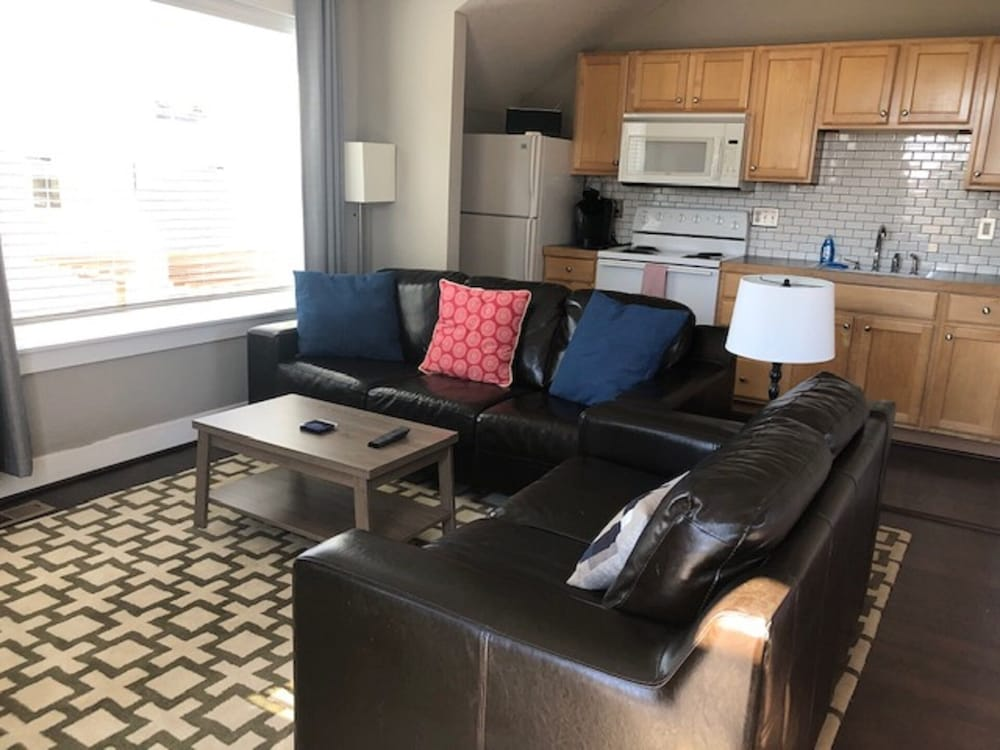 Private Carriage House w/ Full Kitchen