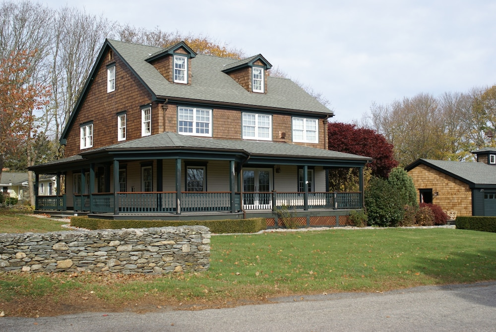4 Bedroom All Suite Country Home Features A Wrap Around Porch On An Acre Of Land In Newport Hotel Rates Reviews On Orbitz