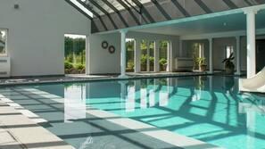 Een binnenzwembad, een verwarmd zwembad