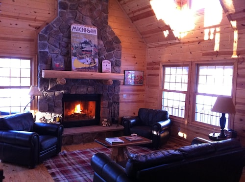 Luxury Cedar Cabin on the Lake With Heated Pool & Hot Tub. Close to Ski Resort