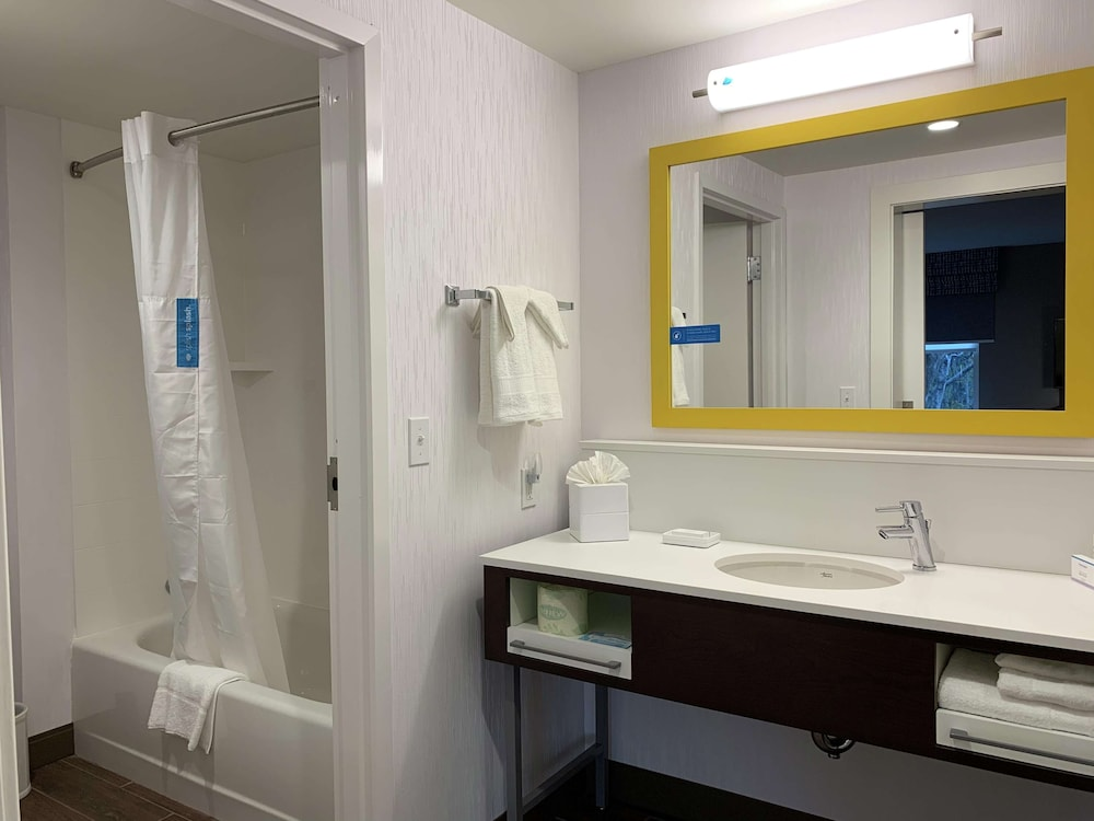 Bathroom, Hampton Inn & Suites Ocean City West
