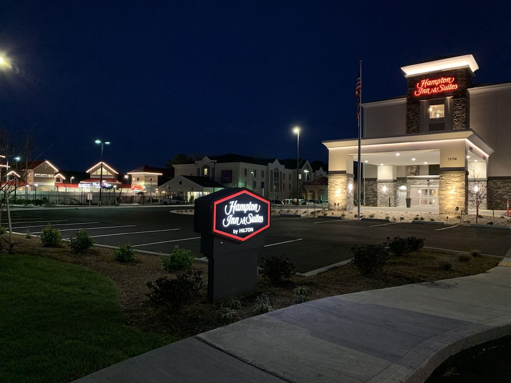 Front of Property - Evening/Night, Hampton Inn & Suites Ocean City West