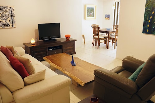 Central 3 Bedroom 1 Bathroom Apartment in Fremantle