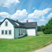 Charming 1850s Farm House Minutes From Beach