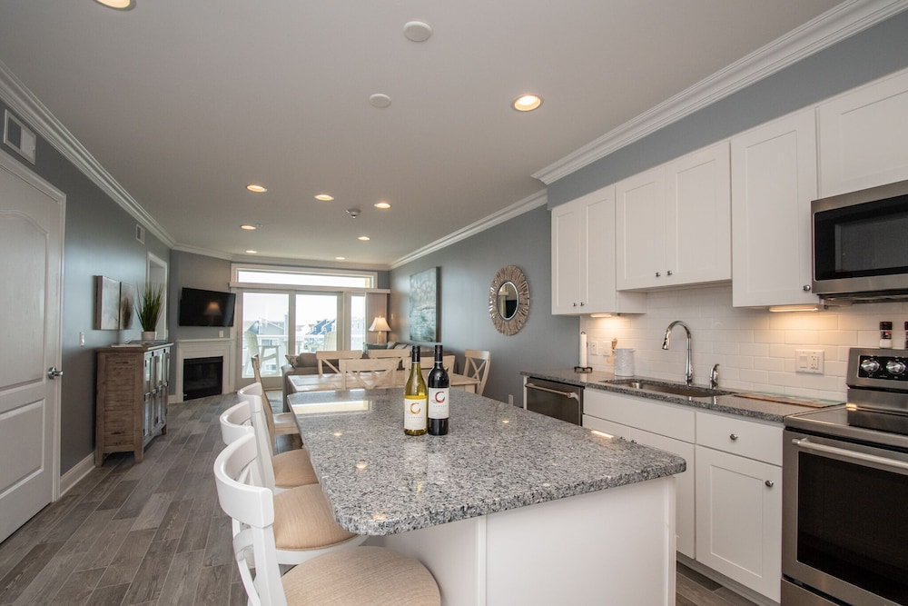 Private Kitchen, Luxury Condo 1 Block From the Beach!! Great Location With Marina & Bay Views