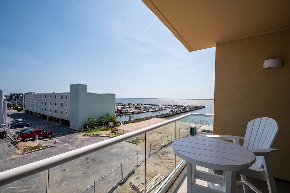 Balcony, Luxury Condo 1 Block From the Beach!! Great Location With Marina & Bay Views