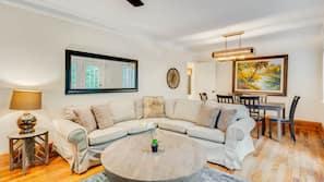 Una televisión, una chimenea, una mesa de ping-pong