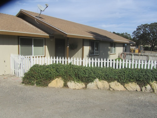 The Farmhouse - 1 Bedroom Wine Country Rental