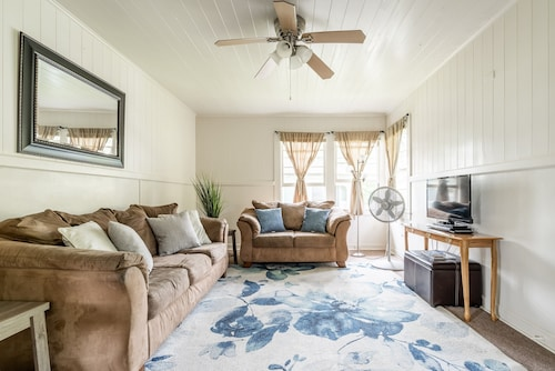 Great Location, Cozy, Sleeps 6, With AC & TV IN Rooms