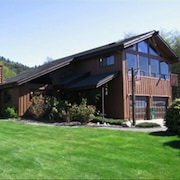 Winchuck River Lodge: family friendly space , hot tub, loft, yard, beach access