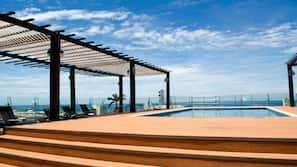 Una piscina al aire libre (de 8:00 a 22:00), tumbonas