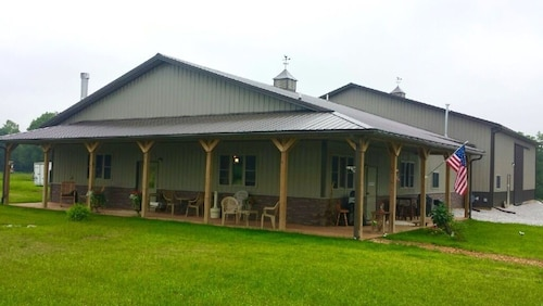 Family Friendly Lodge, 5 mi to Jim Edgar Panther Creek State Wildlife Area