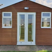 2 Bedroom Holiday Chalet, Mins to the Beach and Amusements