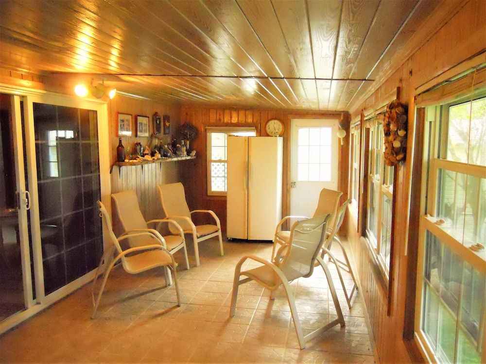 , Nice Wooden House, a few Steps From the Beach - Sleeps 6 - Strategic Location