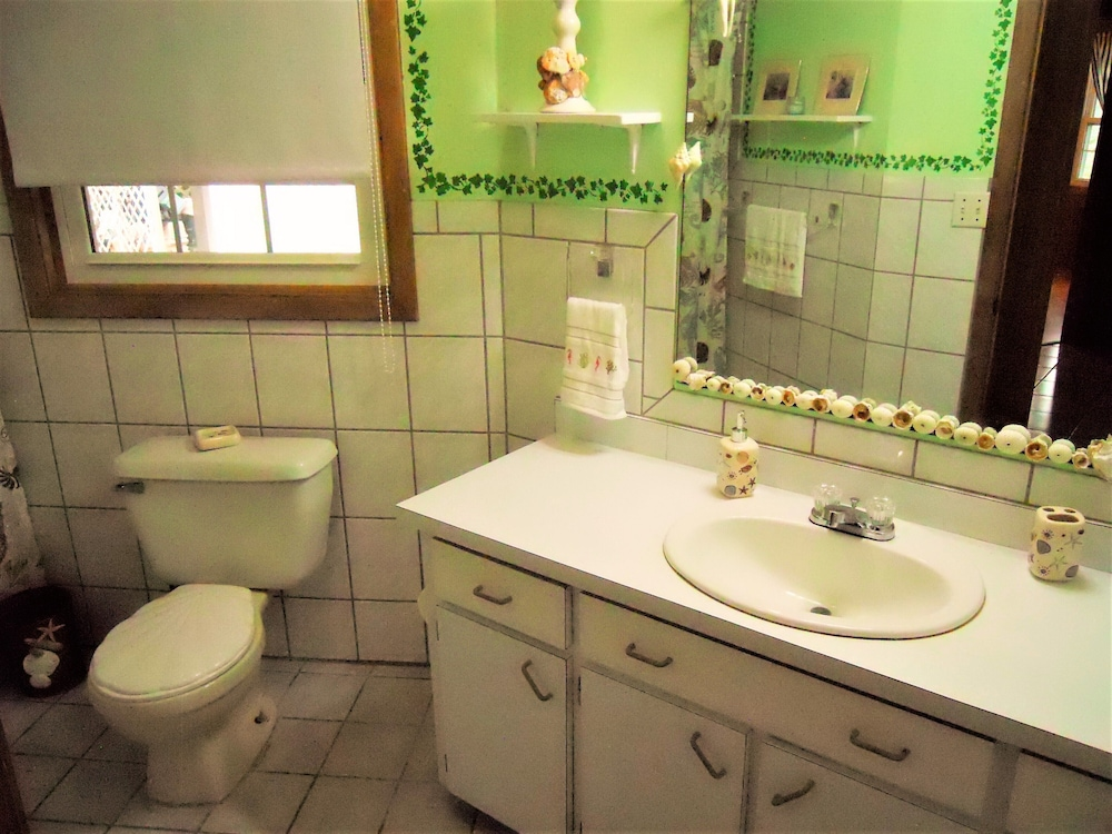 Bathroom, Nice Wooden House, a few Steps From the Beach - Sleeps 6 - Strategic Location