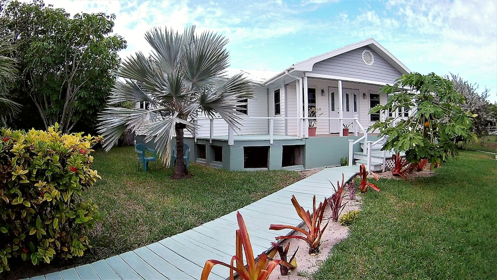 Exterior, Nice Wooden House, a few Steps From the Beach - Sleeps 6 - Strategic Location