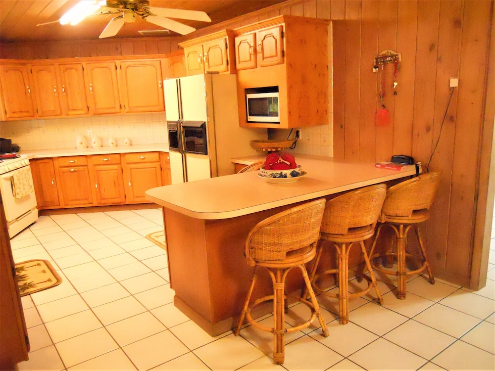 Private Kitchen, Nice Wooden House, a few Steps From the Beach - Sleeps 6 - Strategic Location