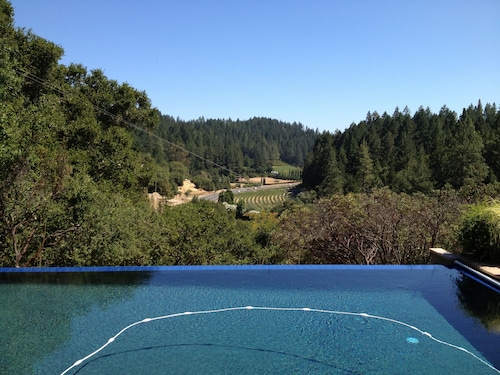 Fabulous Location, Heart of Wine Country, Private , Views, Pool, hot tub