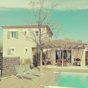 House With Large Garden and Pool Near Avignon