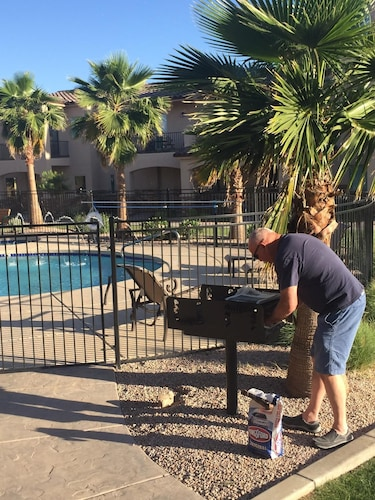 New Luxury Town Home, 3.5 Miles From Phoenix Mesa Airport. Pool, hot Tub, Gated