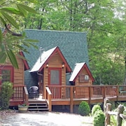 Charming Stream Side Chalet! Cozy And Private! Perfect Getaway!