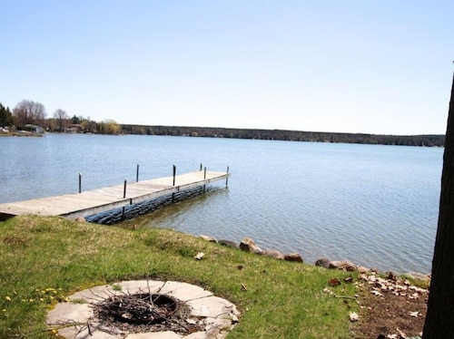 Lakefront Cedar Haven - Free use of Canoe and Kayak, 1 hr From Toronto, All Seasons