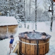 Relax in our Backyard - Sauna, Hot Tub and Laundry House