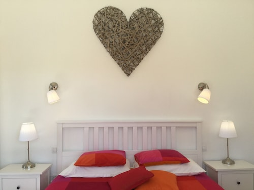 Private Room With big Double Bed, Ensuite Bath, Free Wifi and Heated Pool Access
