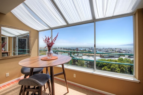 NEW Listing Amazing SF Skyline Bay View 31+ DAY Stays. Lap Pool & Gym Included