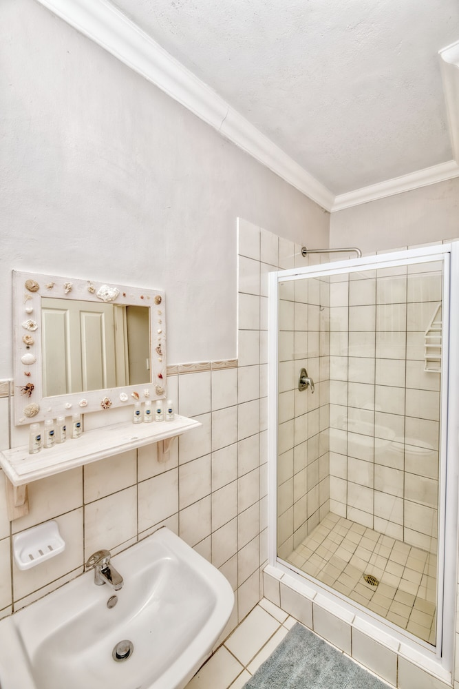 Bathroom, 2 BEDROOM FURNISHED SELF CATERING APARTMENT AGULHAS SOUTH AFRICA