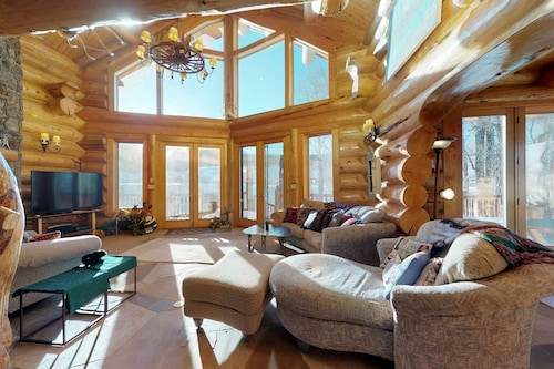 Gorgeous Luxury Cabin on Five Acres w/ a Private hot Tub, Pool Table, and More!