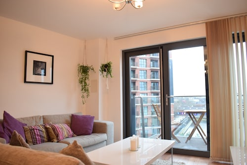 Modern 2 Bed Flat With Balcony in Canada Water