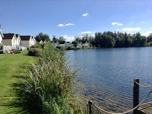 Welcome to our Lakeside Holiday Home in the Heart of the Cotswold Water Parks