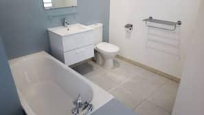 Ensemble douche/baignoire, serviettes fournies, savon, papier toilette