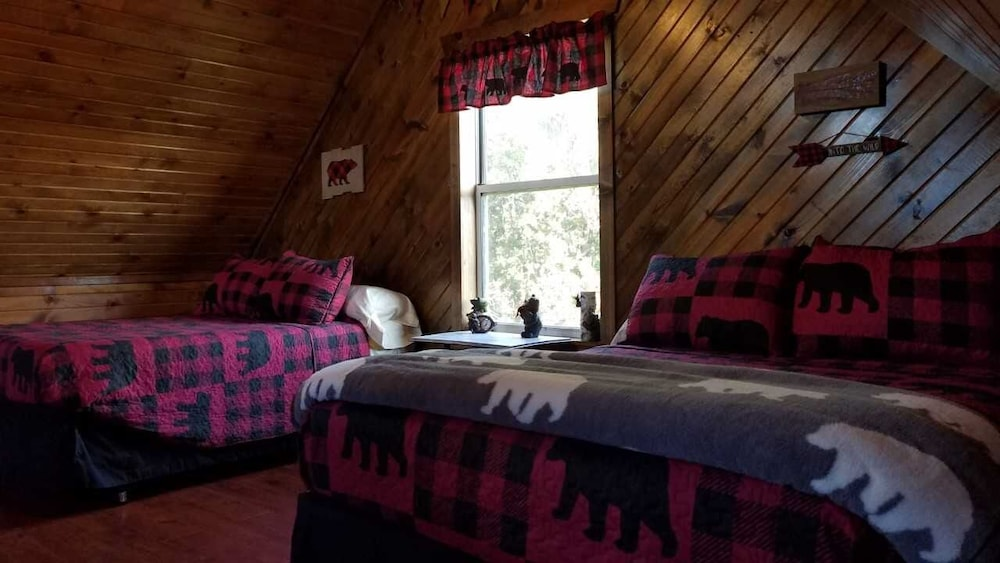 Room, Cedar Lodge is Quaint Rustic Lodge With Modern Amenities. Relaxing and Warm!