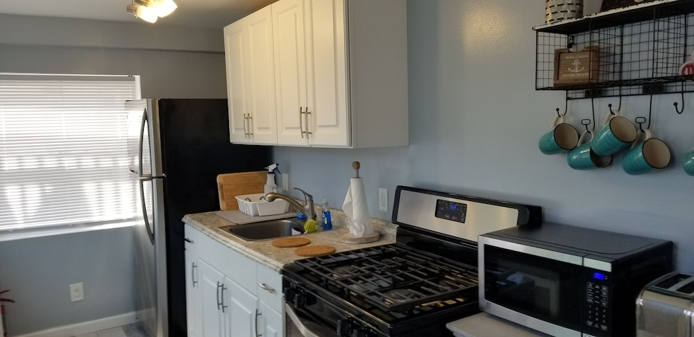 Private Kitchen, A Stone Throw to Beach and Convention Center and Two Blocks From the Crest!!