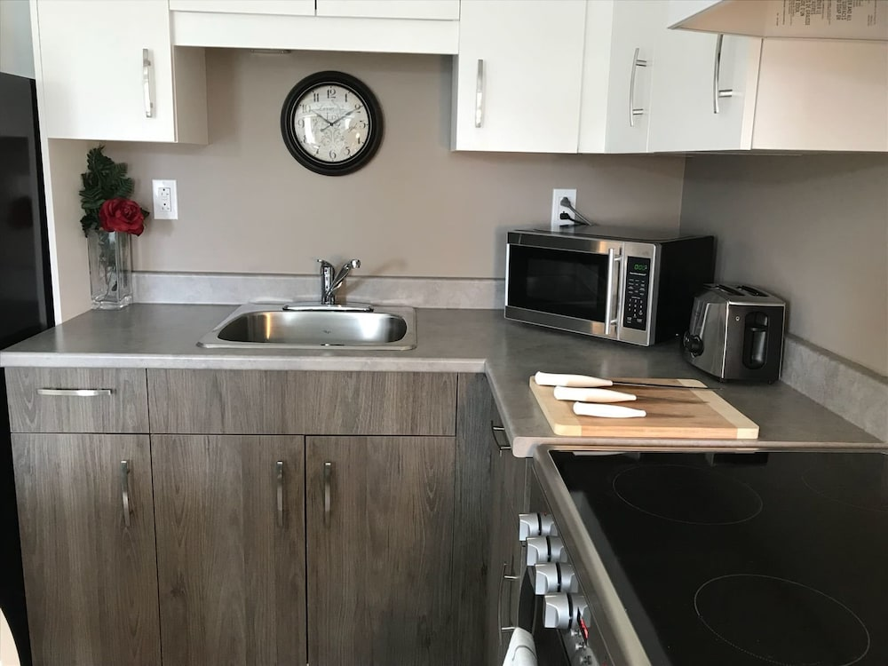 Private Kitchen, Deluxe Condo in Modern Building Downtown 3825