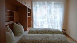 1 Schlafzimmer, hochwertige Bettwaren, Verdunkelungsvorhänge