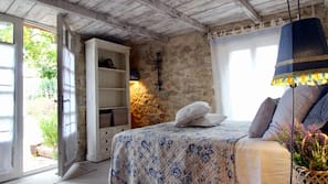 1 bedroom, desk, Internet