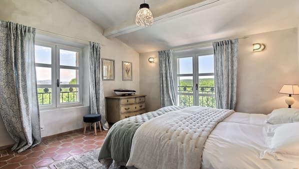 6 chambres, coffres-forts dans les chambres, fer et planche à repasser