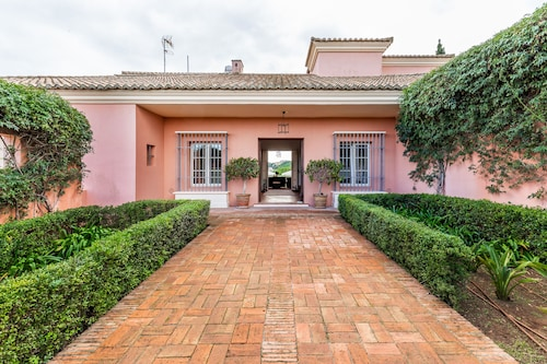 Andalusian Villa in Guarded Urbanization, Ideal for Golfers