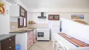 Frigorifero con congelatore, piano cottura, pentole/stoviglie/utensili