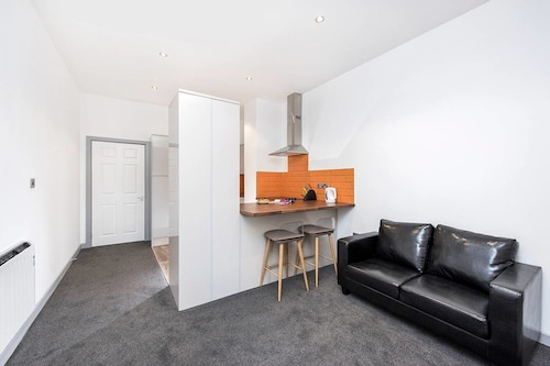 Bright and Modern 1 Bedroom Apartment