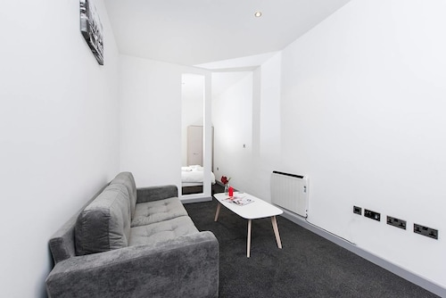Modern and Bright Central 1BR Apartment
