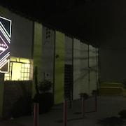 Frente do estabelecimento — noite