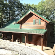 'the Lakefront Lodge' - Spacious Lakefront 3 Bedroom W/ Private Covered Dock