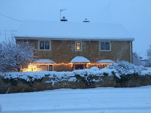 Willow Cottage Newly Refurbished Cotswold Stone 4 bed Cottage