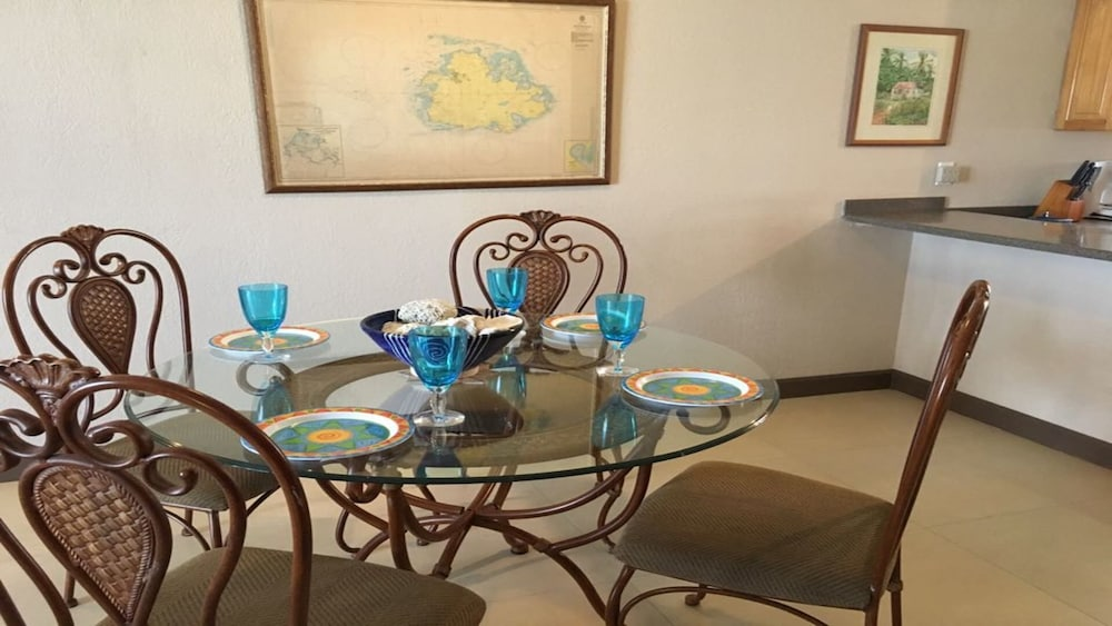 In-Room Dining, Us$200 PN, Perfect Vacation Getaway, Sleeps 4, Near Beach, Pool & all Amenities