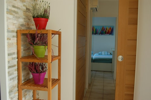 House With Calm and Bright Garden, Exit Motorway Airport Nîmes Garons