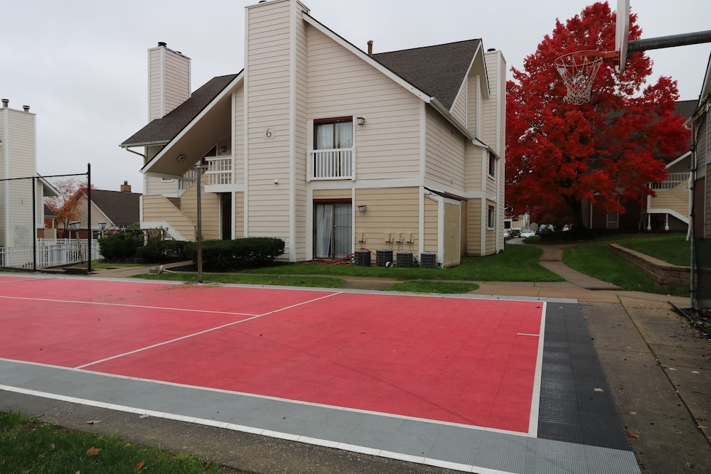 Sport Court, StayPlace Suites - Akron Copley Township - West